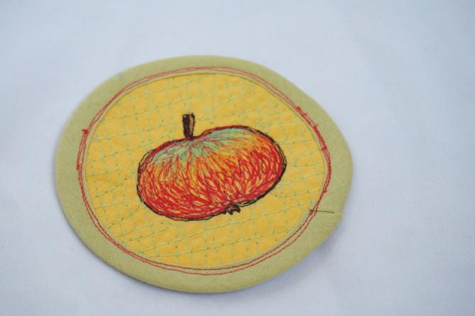 podložka pod hrnek - výšivka jablko