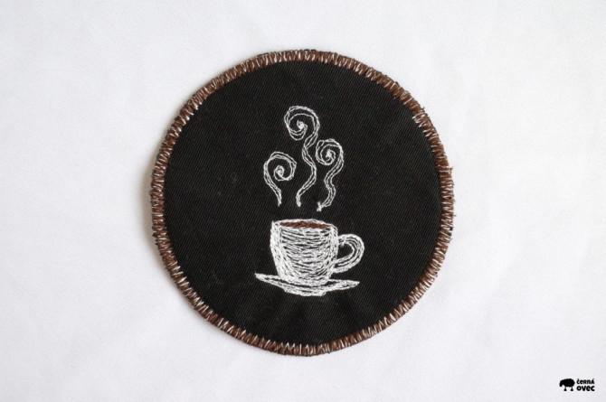 podložka pod hrnek - výšivka kafe
