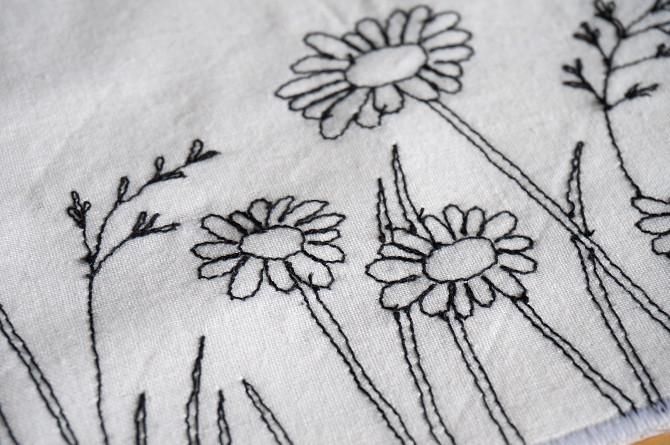 výšivka kytky, louka