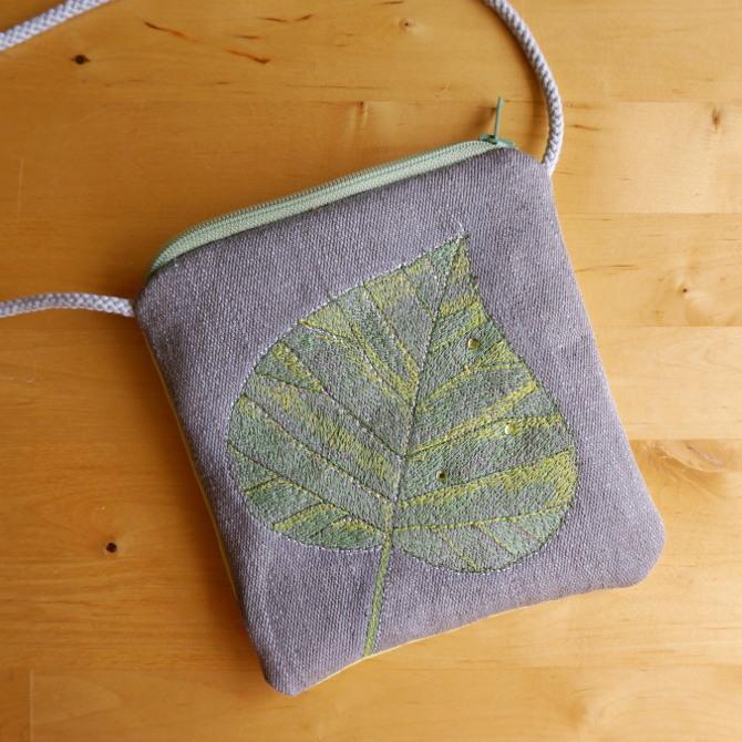 ručně šitá taštička na zip - list lípy