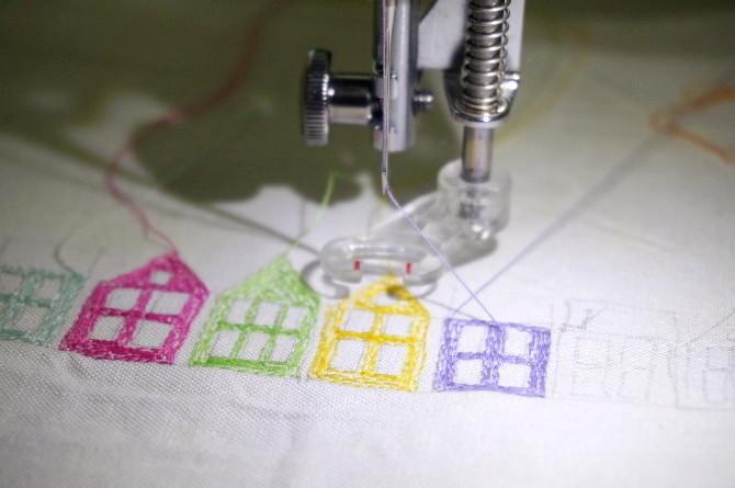 výšivka barevné domky, šicí stroj, šití, vyšívání