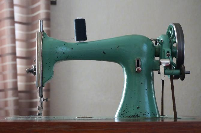 starý šlapací šicí stroj