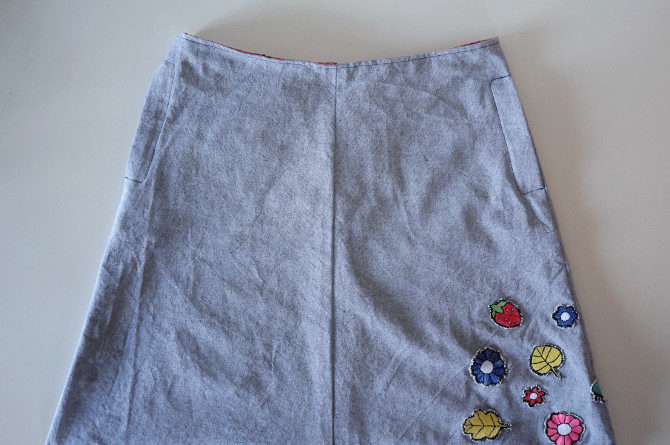 art sukně s výšivkami
