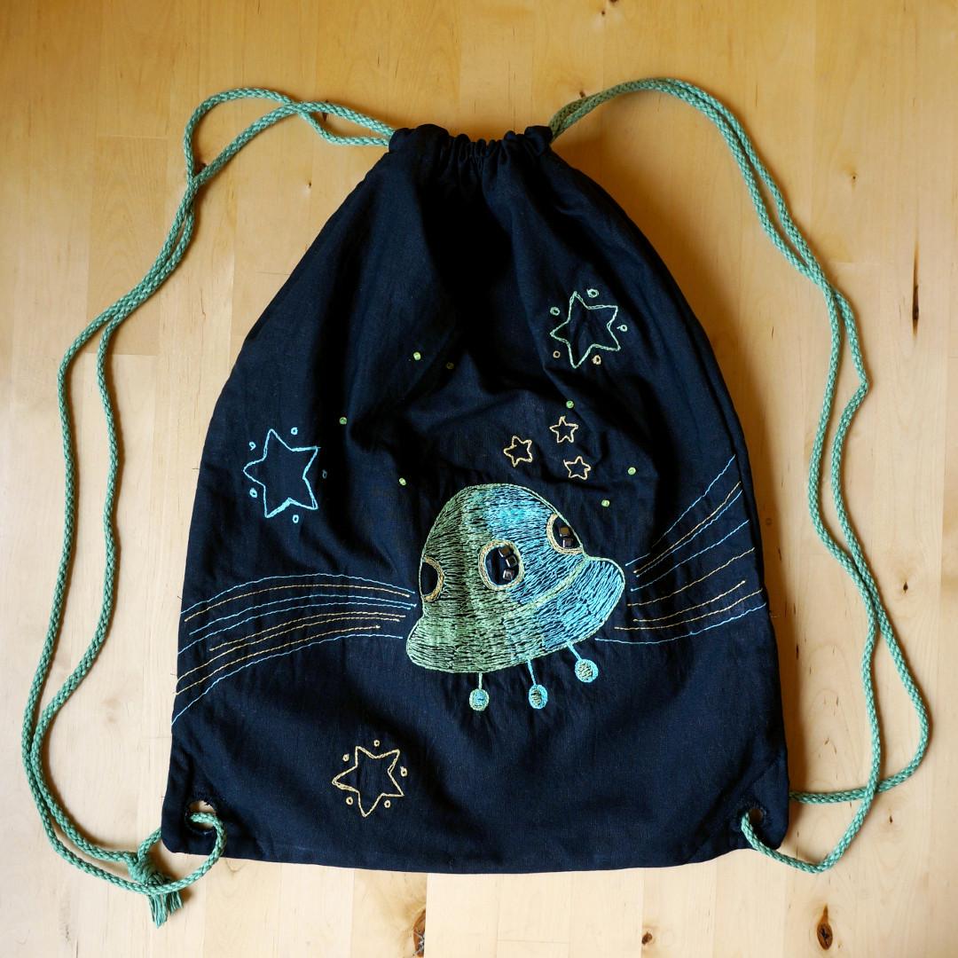 stahovací batoh s výšivkou, ufo a vesmír